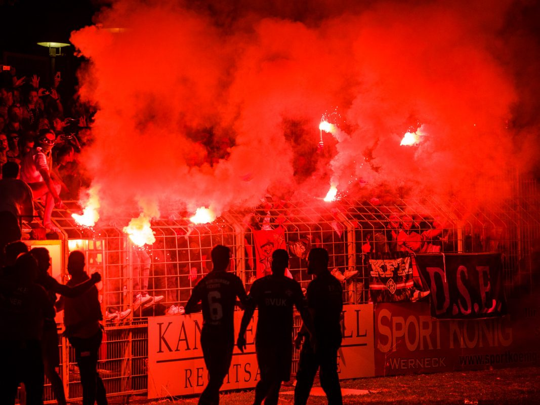 Pyrotechnik im Würzburger Fanblock. Foto: Pascal Höfig