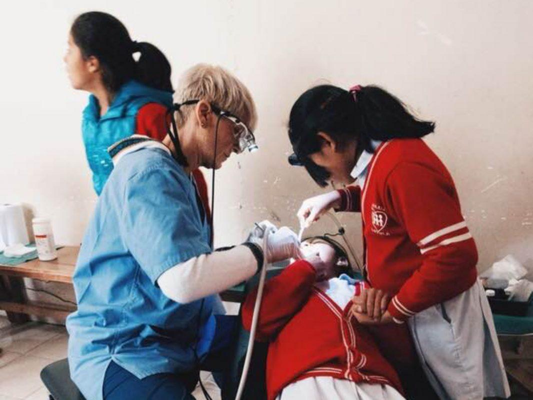 Dr. Andrea Behr als Zahnärztin an einer Schule. Foto: privat