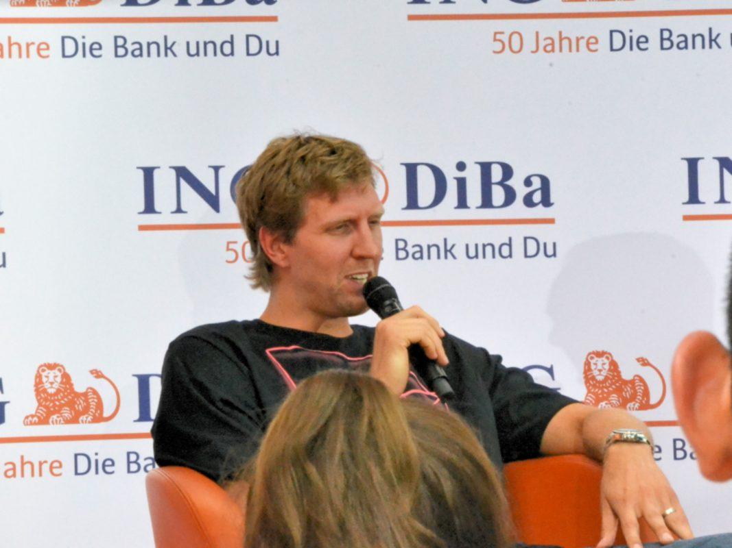 Dirk Nowitzki auf einer Pressekonferenz. Foto: Christian J. Papay