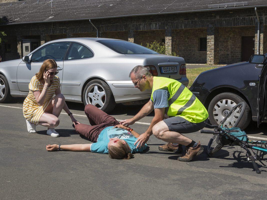Ersthelfer bei einem Verkehrsunfall. Foto: Jörg F. Müller / DRK