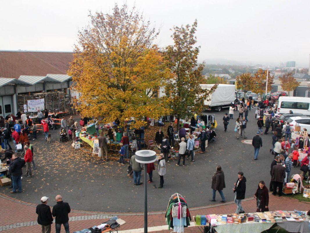 Über den Flohmarkt schlendern und so einige Schätze entdecken. Foto: Blindeninstitut Würzburg