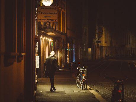 Frau in dunkler Straße. Symbolfoto: Pascal Höfig
