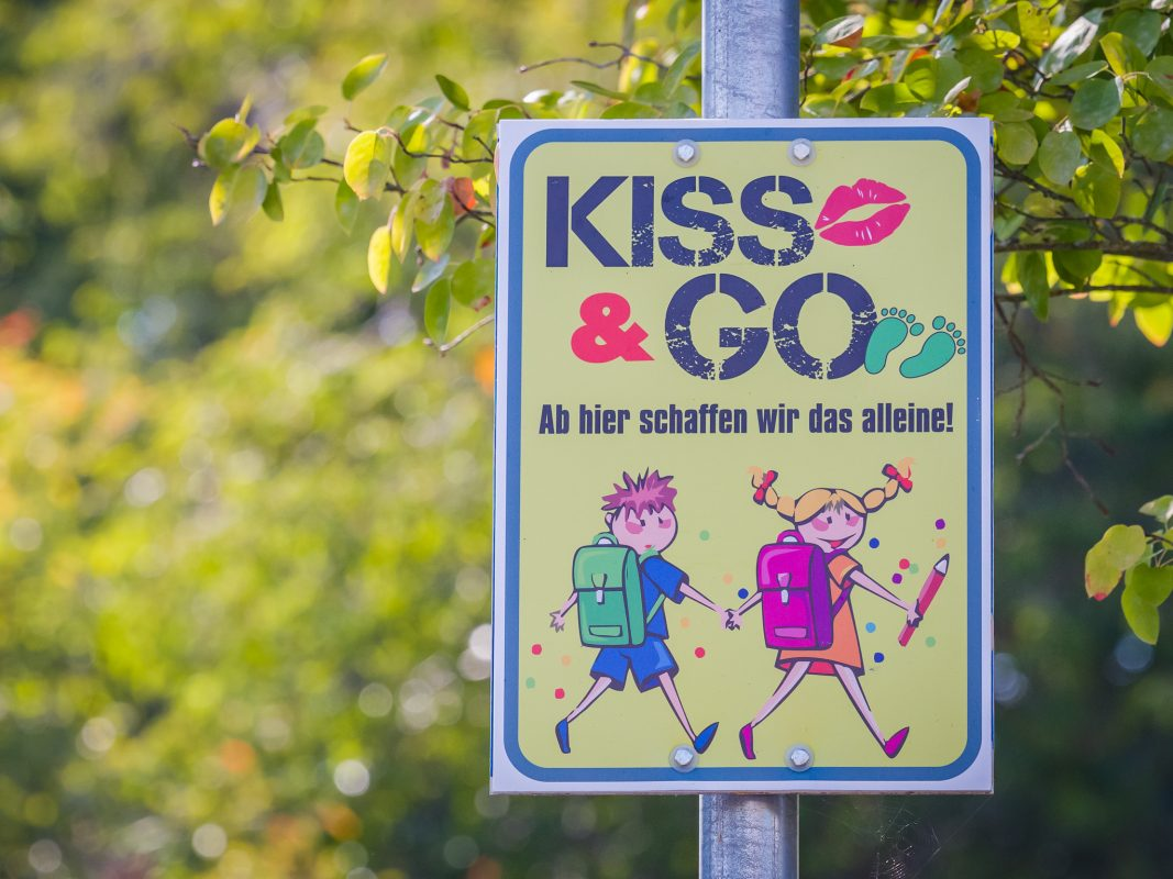 Kiss & Go Verkehrsschild. Foto: Pascal Höfig