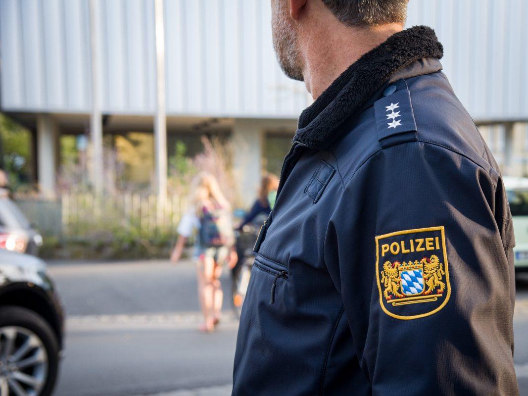 Polizei überprüft den Verkehr. Foto: Pascal Höfig
