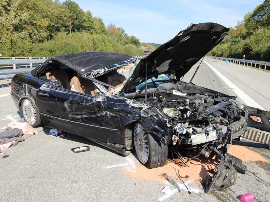 Die schwerverletze Beifahrerin musste mit einem Rettungshubschrauber in eine Spezialklinik geflogen werden. Nach bisherigen Erkenntnissen fuhr der Fahrer eines Mercedes auf dem linken Fahrstreifen und hier ungebremst auf einen Klein-Lkw auf. Foto: H. Usky