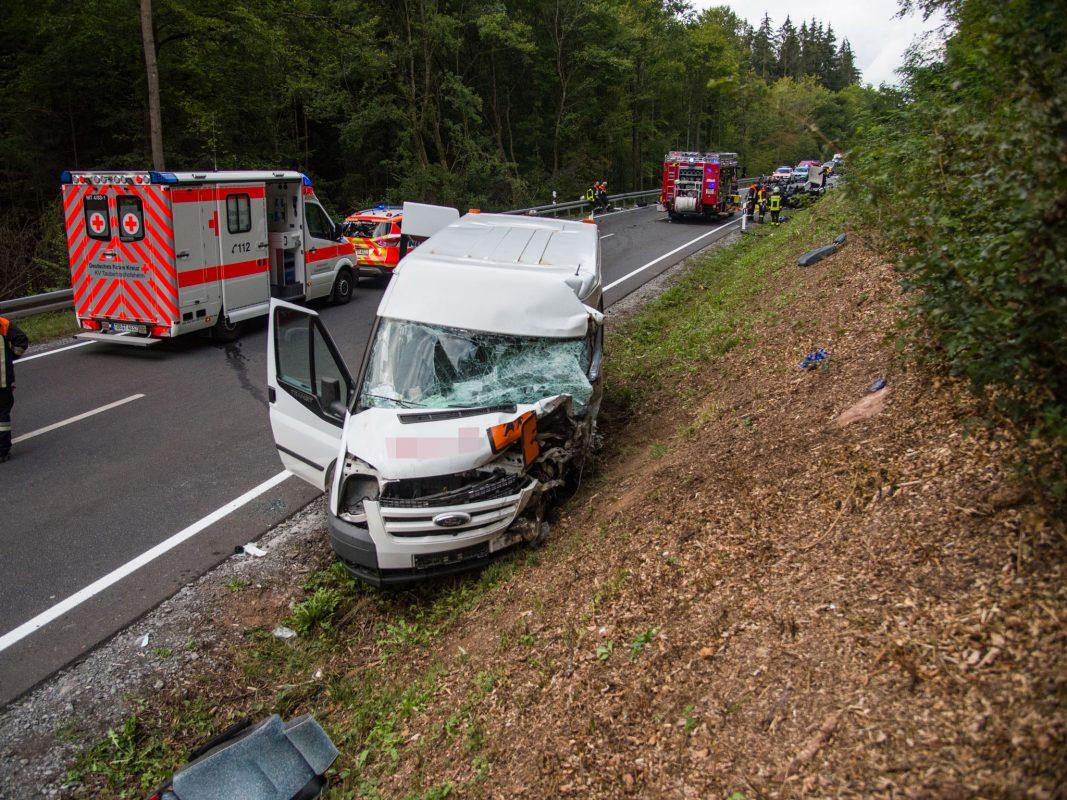 Die 55-Jährige, wie auch mehrere Insassen des Busses, wurden dabei in ihren Fahrzeugen eingeklemmt und mussten von der Feuerwehr befreit werden. Foto: Pascal Höfig