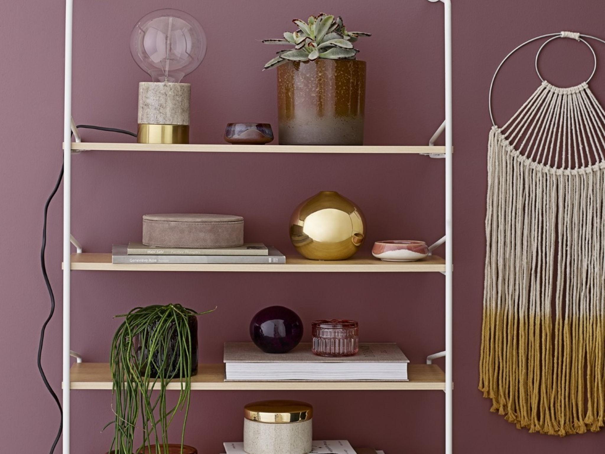 Mal etwas anderes: Den Wand Hanger kann man auch frei im Raum hängen lassen. Foto: einrichten design