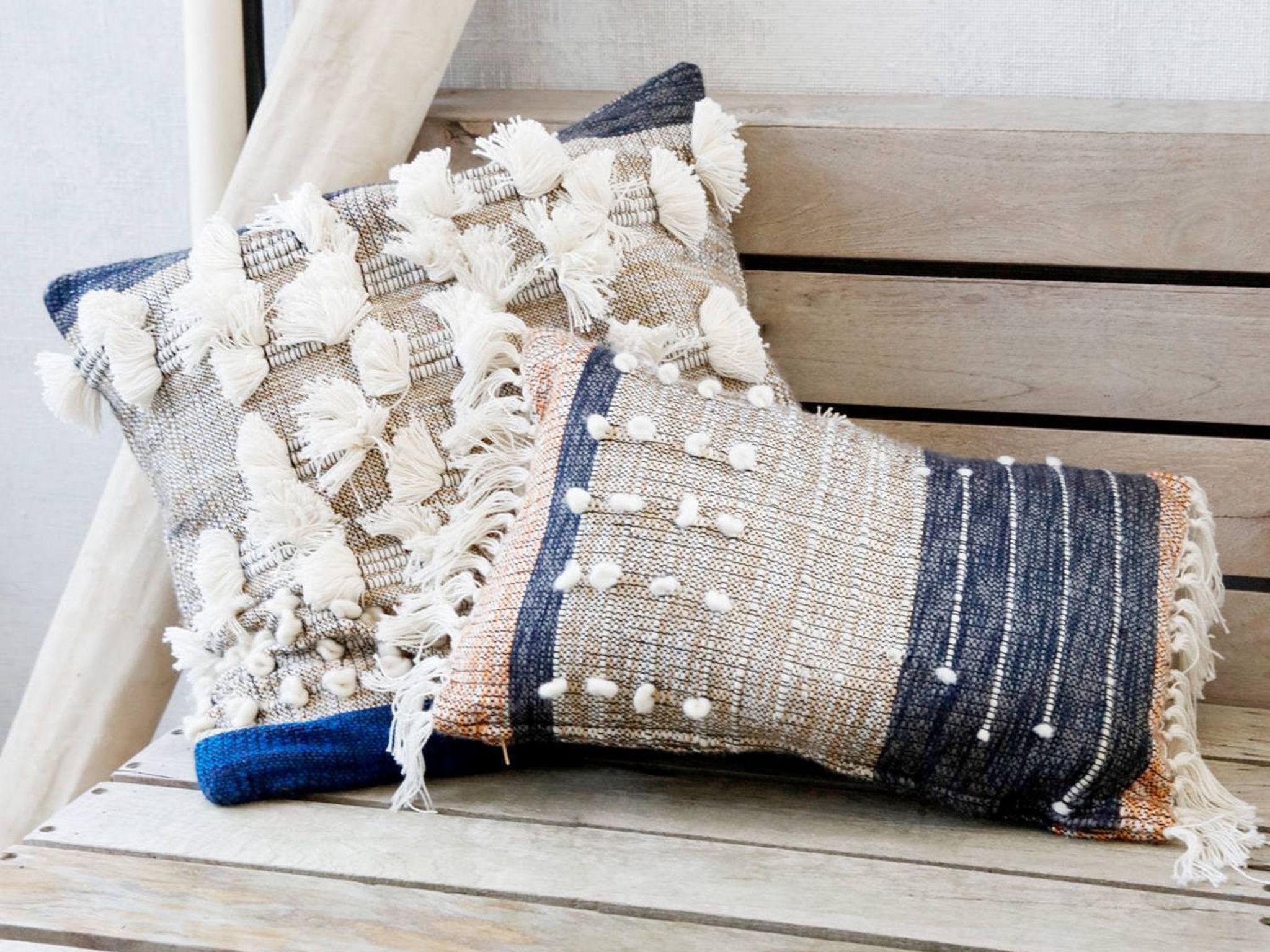 Auffällige Kissen sind ein echter Hingucker. Foto: einrichten design