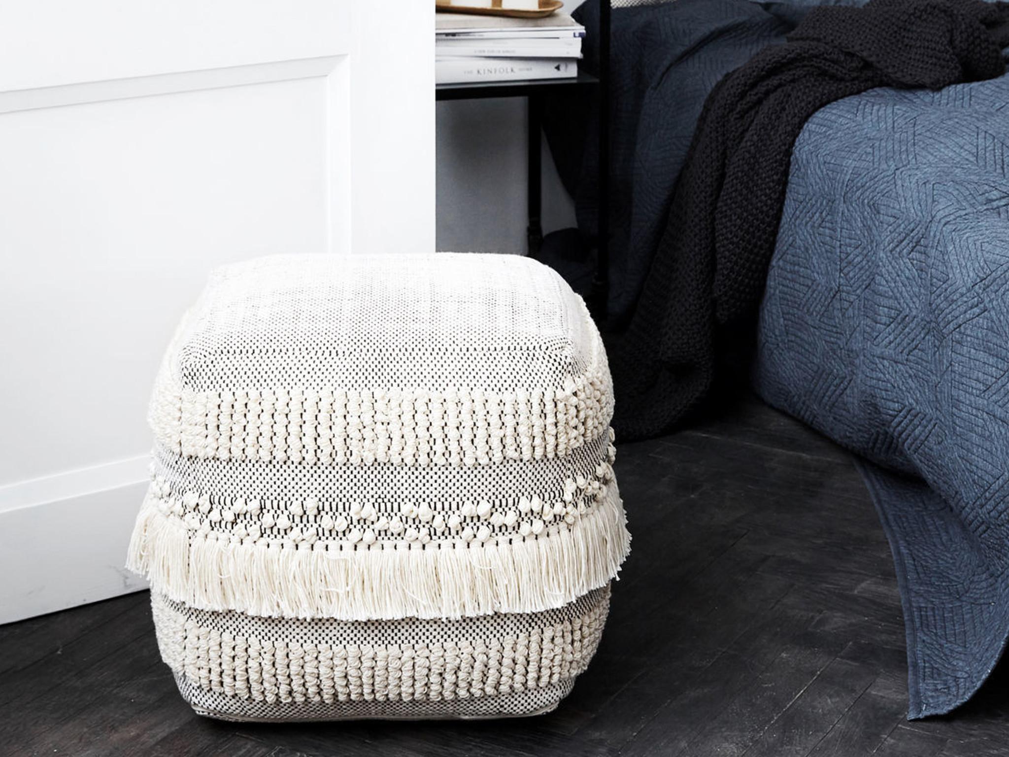 Mit dem Pouf lassen sich im Wohn- und Schlafzimmer Akzente setzen. Foto: einrichten design
