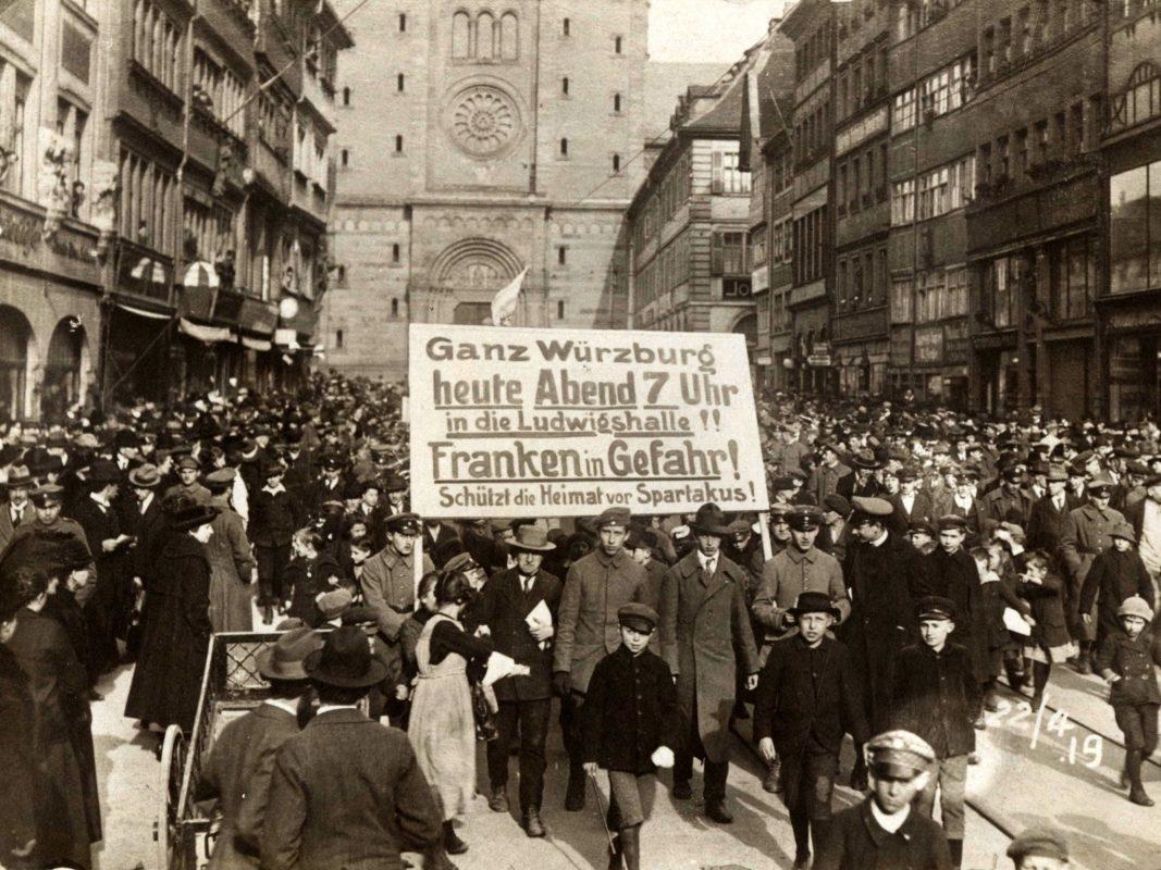 Demomarsch auf der Domstraße, der sich gegen die Räterepubliken wandte. Quelle: Stadtarchiv Würzburg, Magistratsakten, Nr. 126; Foto: Stadtarchiv Würzburg