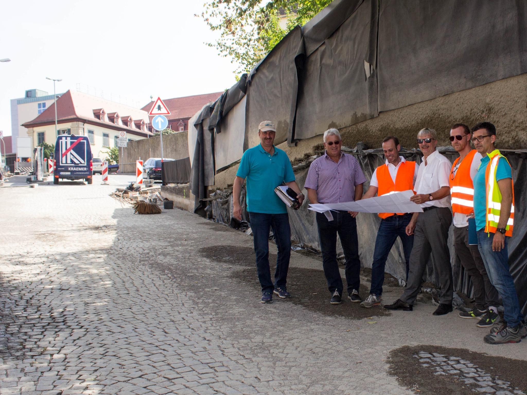 Baureferent Prof. Christian Baumgart (3.v.re.) machte sich gemeinsam mit dem Leiter des Fachbereichs Bauen, Jörg Roth (2.v.li.), einen Eindruck vom Baufortschritt. Foto: Claudia Lother