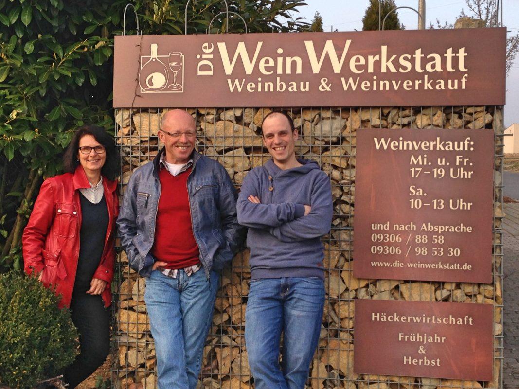 Die Winzerfamilie Schubert vor dem Eingangsschild. Foto: Sigrid u. Günther Schubert