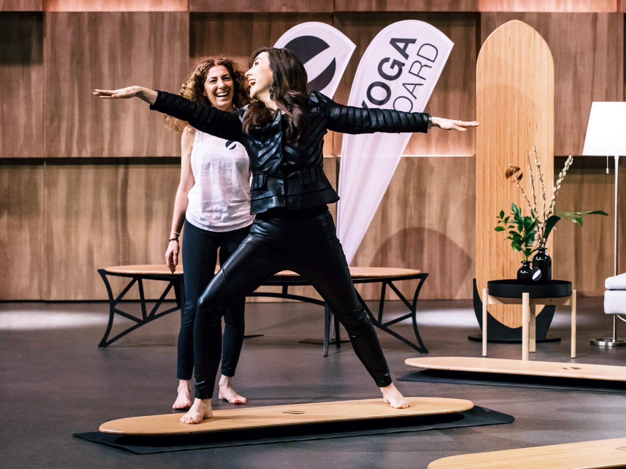 "Investorin Judith Williams (r.) nimmt das ""Yogaboard"" genau unter die Lupe. Foto: MG RTL D / Bernd-Michael Maurer"