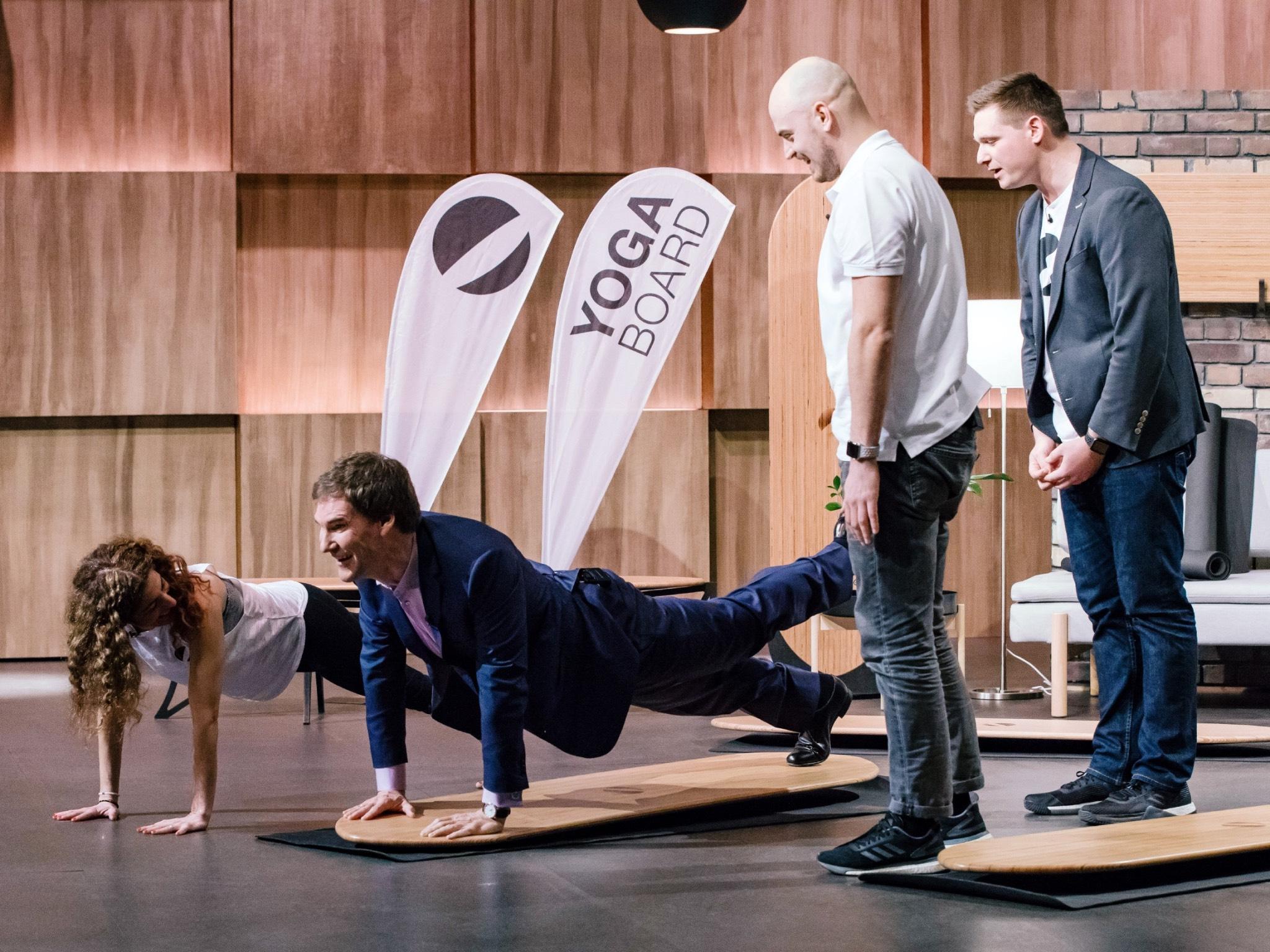 """Investor Carsten Maschmeyer testet das """"Yogaboard"""" von Patrick Walter (r.) und Dominic Strobel aus Würzburg. Foto: MG RTL D / Bernd-Michael Maurer"""