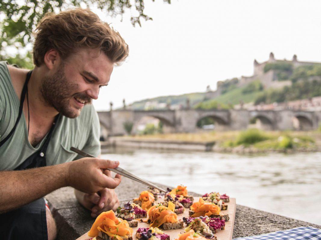Max Gehlofen mit seine Lieblingsschnittchen, nur eines der zahlreichen Würzburger Küchengeheimnisse. Foto: Ingo Peters