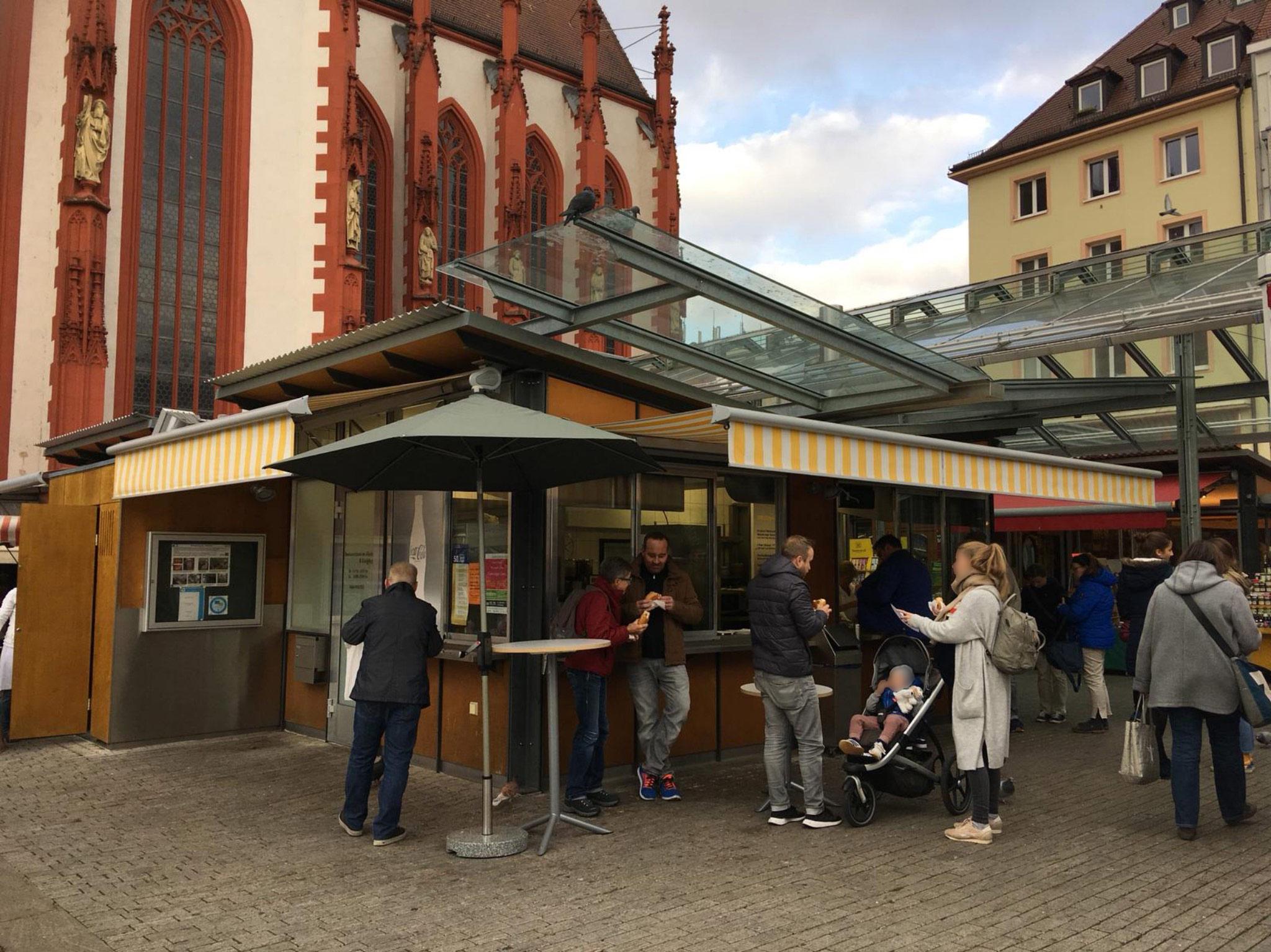 Der Bratwurststand Knüpfing auf dem Marktplatz. Foto: Katharina Bormann