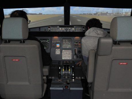 Damit die Studierenden wissen, wie die Anzeigen in einem Flugzeug aussehen, gibt es an der Universität Würzburg einen Flugsimulator.