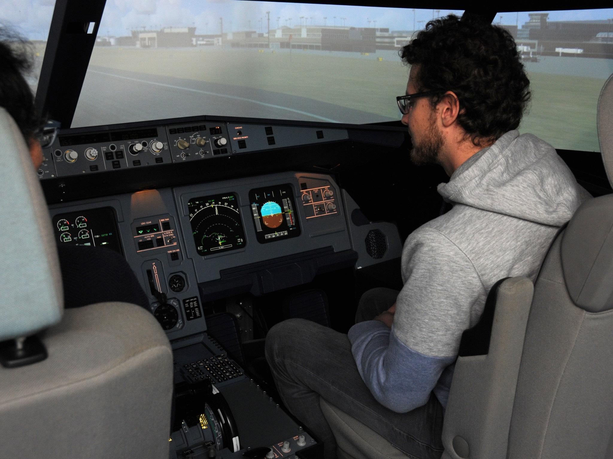 Tobias Mikschl entwirft zusammen mit Sergio Montenegro und einem erfahrenen Piloten ein Einführungsseminar für die Studierenden.