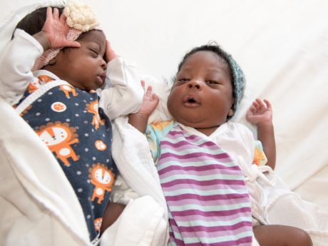 Die Zwillinge Fxenrarimam und Rimamtateb einen Monat nach ihrer Geburt.