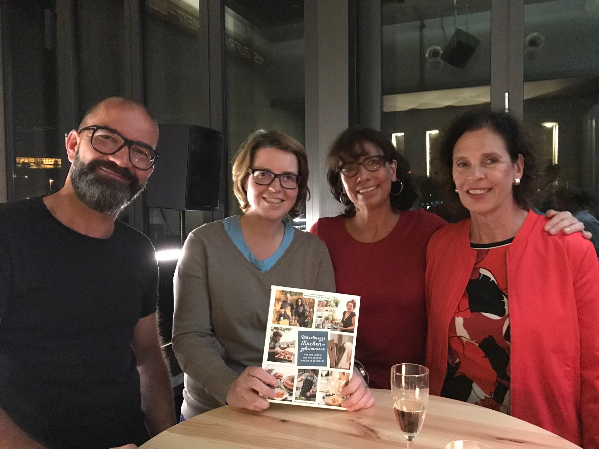 """Susanne Reiniger (2.v.r.) und ihr Kochbuch """"Würzburger Küchengeheimnisse"""". Foto: Susanne Reiniger"""