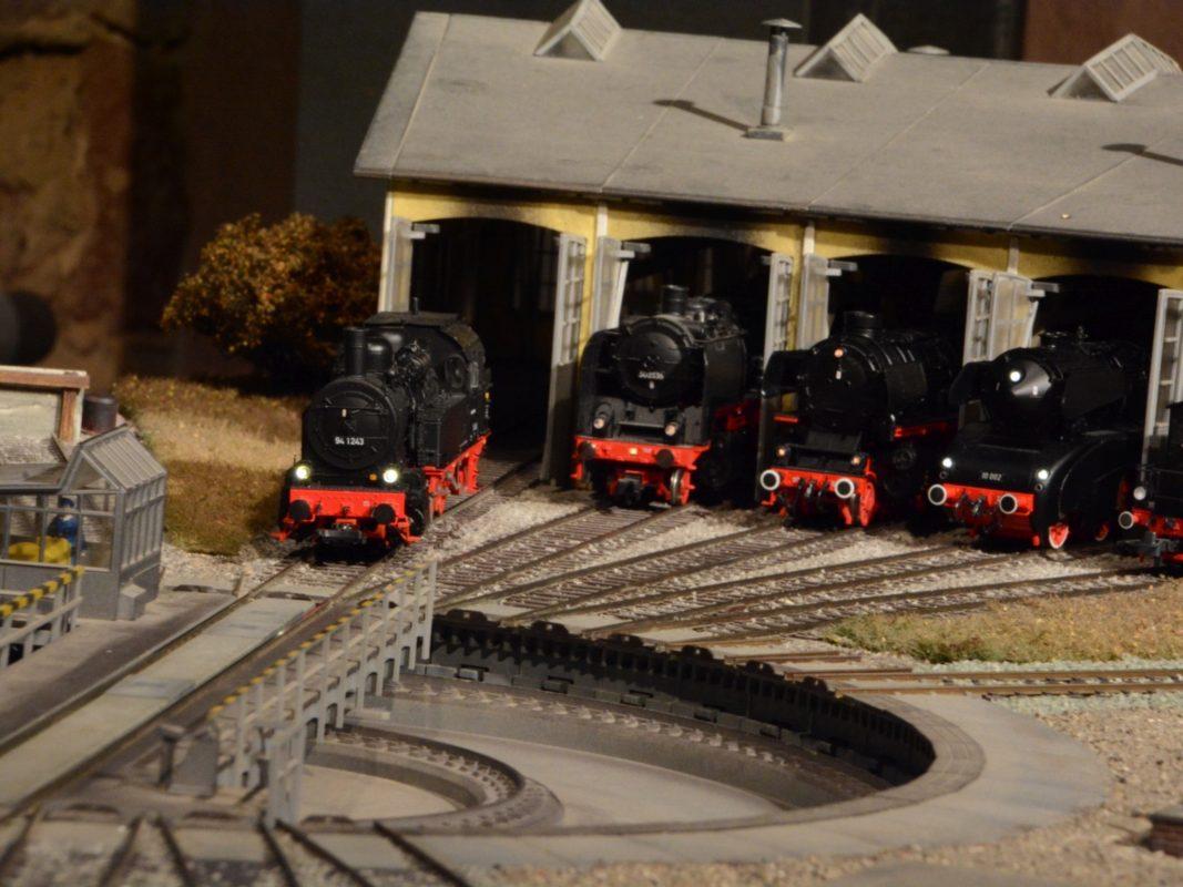 Dampfloks warten im Lokschuppen auf den nächsten Einsatz.