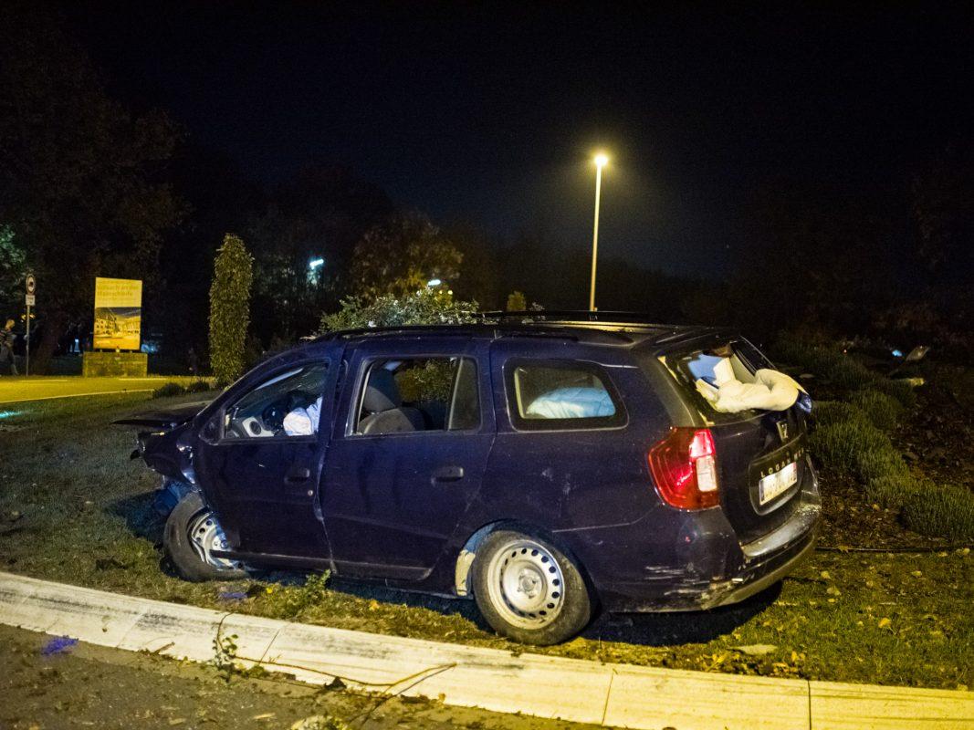 Der Flüchtige überschlug sich mit seinem Wagen über den Kreisverkehr und blieb auf der gegenüberliegenden Seite liegen. Foto: Pascal Höfig