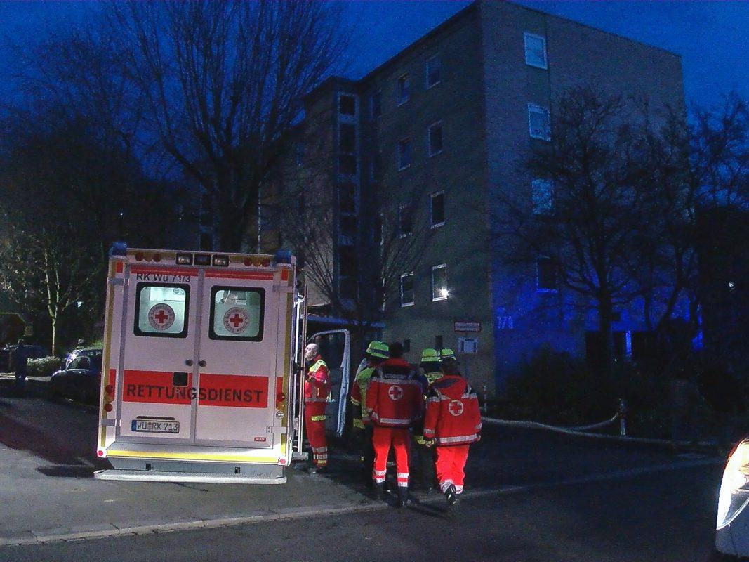 Insgesamt erlitten durch den Brand sechs Bewohner leichte Verletzungen. Nach einer Erstbehandlung durch den Rettungsdienst mussten fünf der Verletzten in ein Krankenhaus transportiert werden. Foto: Pascal Höfig