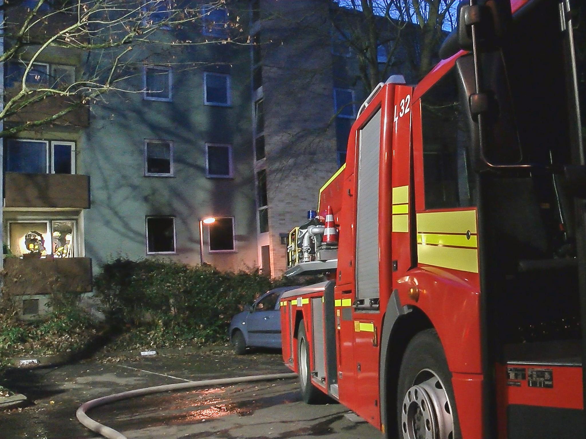 Zwei Hausbewohner mussten mittels einer Drehleiter aus dem Gebäude gerettet werden. Foto: Pascal Höfig