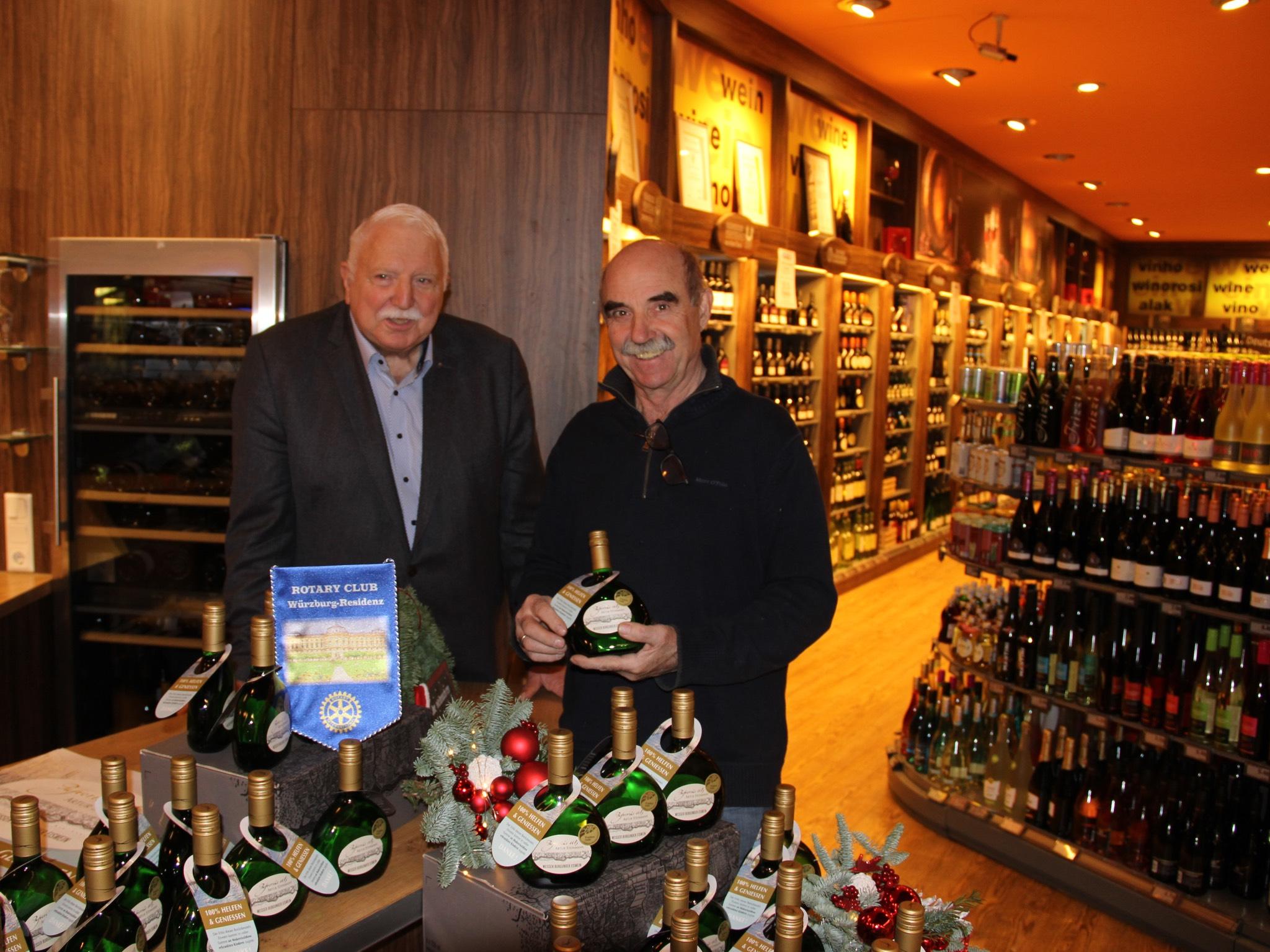 Horst Trabold (links) und Artur Steinmann (rechts) präsentieren den Eiswein. Foto: Kilian Moritz