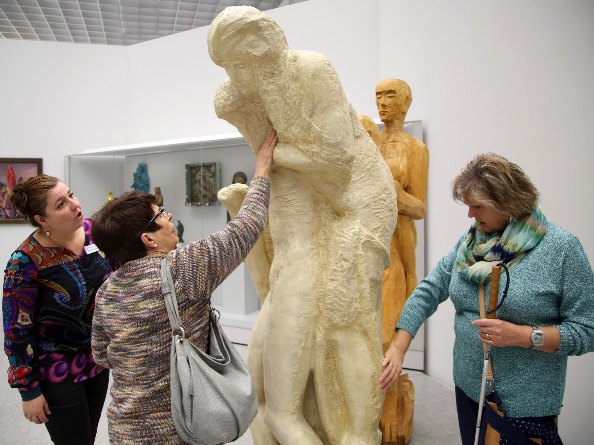 Dr. Yvonne Lemke (von links) erkundet mit Dolores Hartmann-Krstic und Helga Frey den Gipsabguss der Pietà Rondanini von Michelangelo im Würzburger Museum am Dom. Foto:Rebecca Hornung