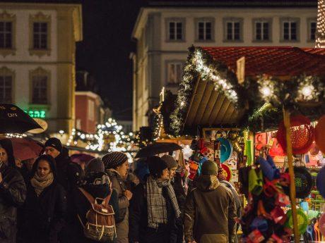 Weihnachtsshopping auf dem Weihnachtsmarkt. Foto: Pascal Höfig