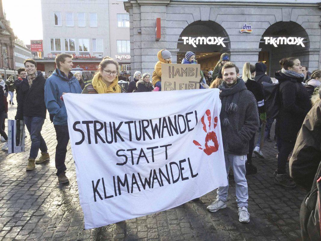 Bis zu 700 Teilnehmer gingen am 18.01.2019 in Würzburg für den Klimaschutz auf die Straße – die meisten davon Schüler. Foto: Kevin Riedmann