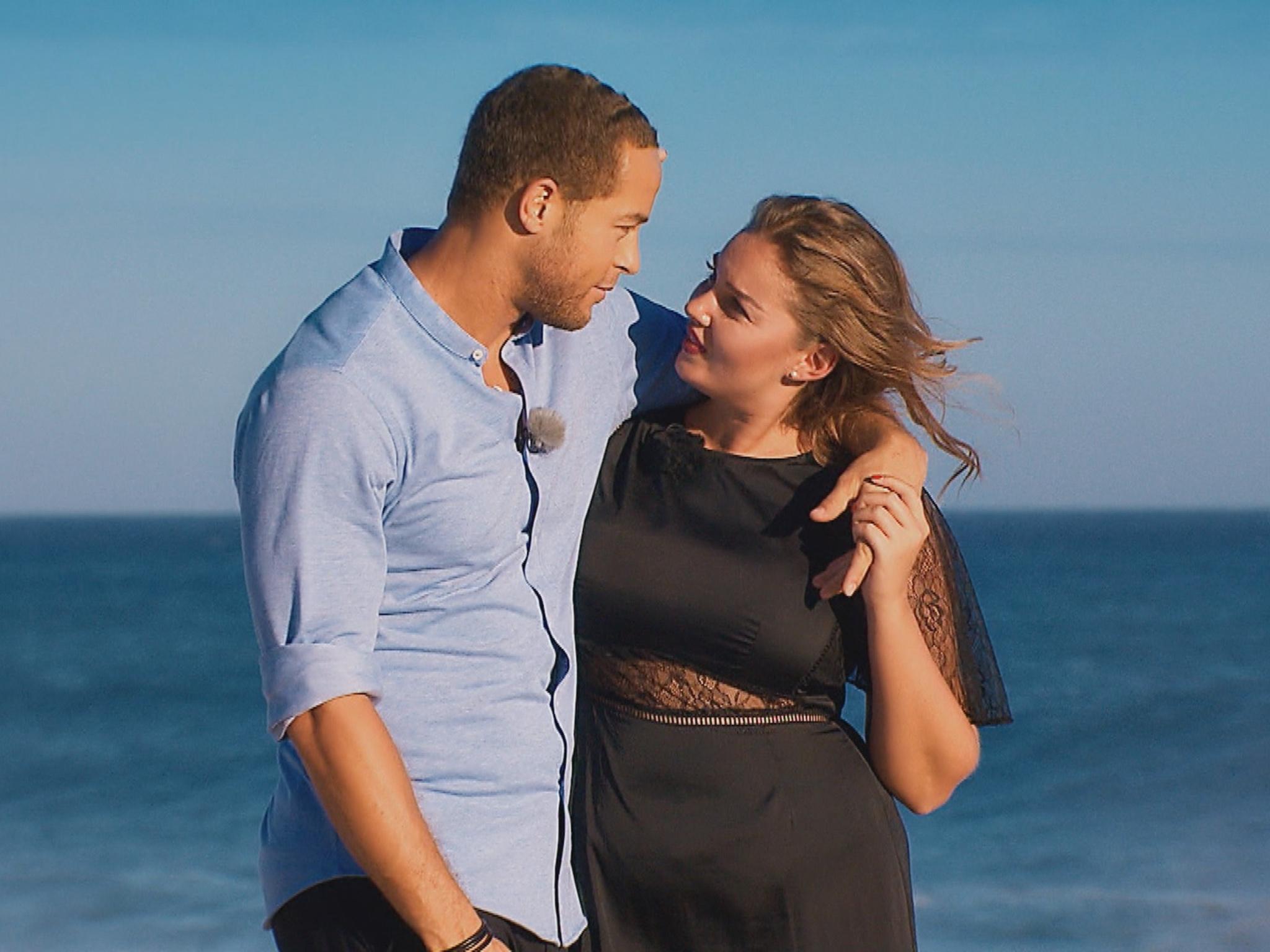"""Andrej und Ernestine bei einem romantischen Strandspaziergang. """"Alle Episoden von """"Der Bachelor"""" bei TVNOW: www.tvnow.de"""". Foto: MG RTL D"""