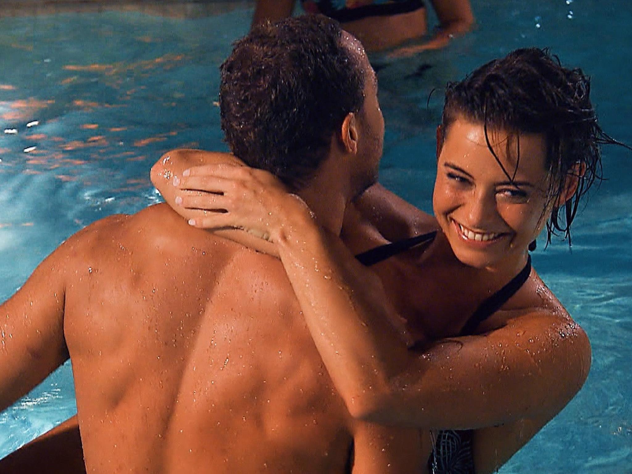 """Jennifer kann die Finger nicht von Andrej lassen und sucht immer wieder seine Nähe. Alle Episoden von """"Der Bachelor"""" bei TVNOW: www.tvnow.de. Foto: MG RTL D"""