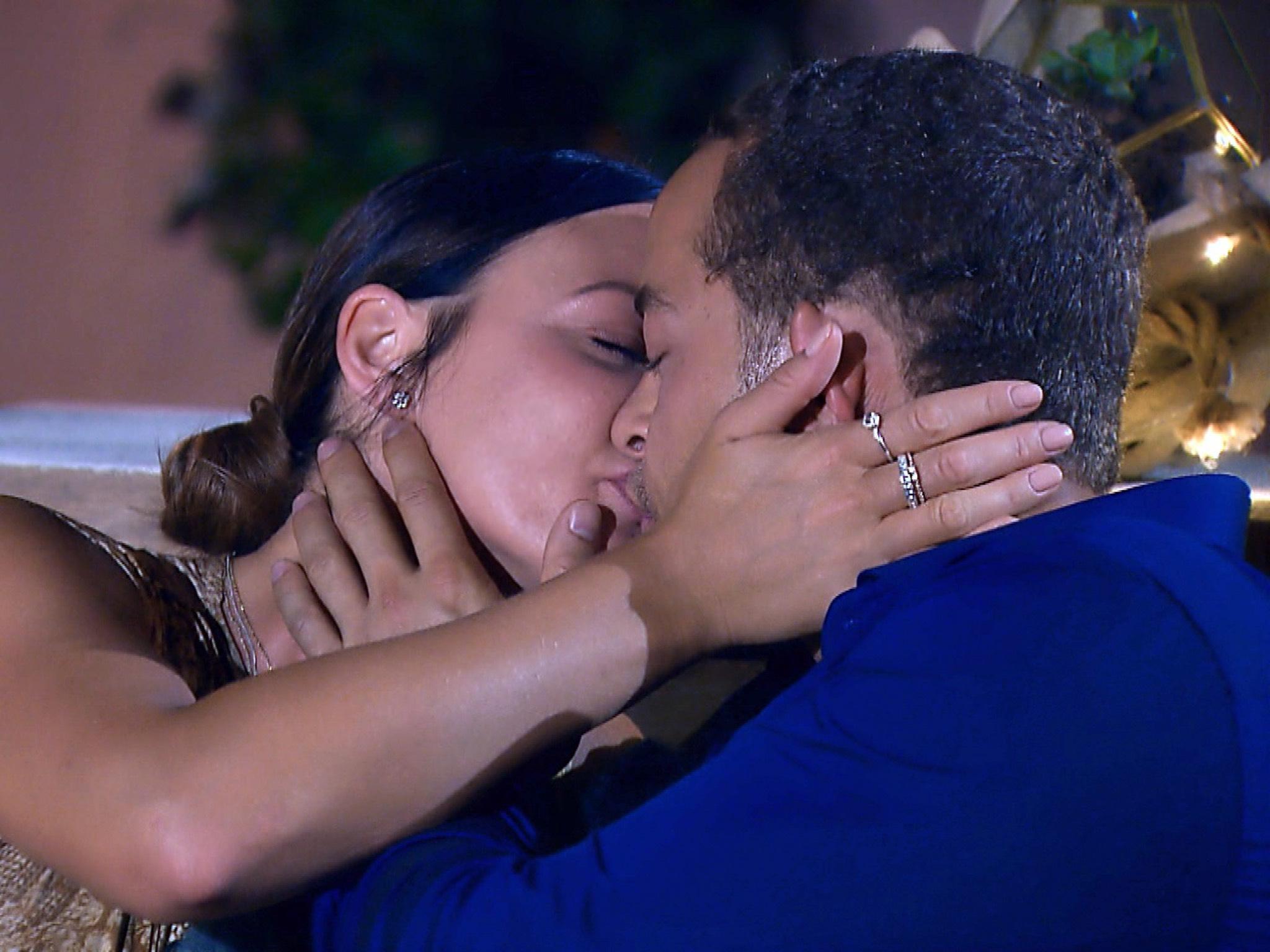 """Zwischen Stefanie und Andrej knistert es und die beiden küssen sich leidenschaftlich. Alle Episoden von """"Der Bachelor"""" bei TVNOW: www.tvnow.de. Foto: MG RTL D"""