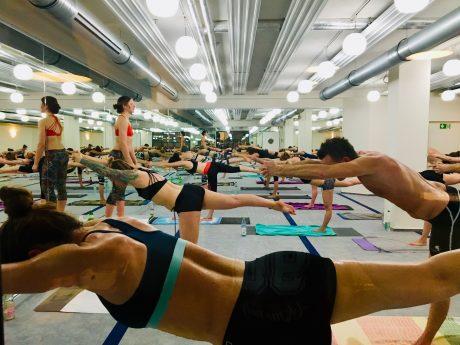 Beim Bikram Yoga ins Schwitzen kommen. Foto: Bikram Yoga Würzburg