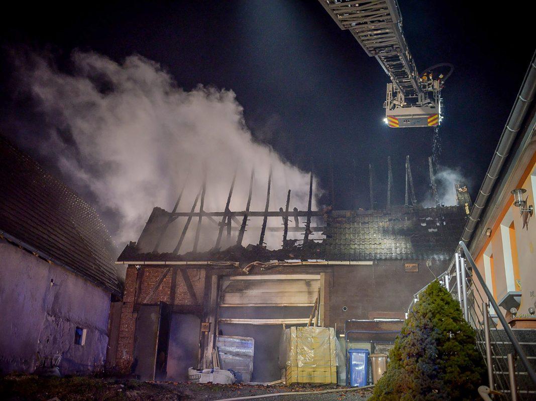 Den eingesetzten Feuerwehren gelang es, trotz starken Winds, ein Übergreifen der Flammen auf das Wohnhaus zu verhindern. Foto: Benedict Rottmann / Feuerwehr Marktheidenfeld