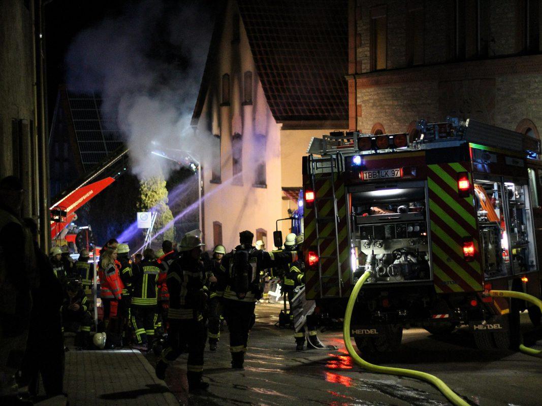 Nachdem sich die Feuerwehr in das Innere vorgekämpft hatte, konnte eine männliche Person leblos geborgen werden. Ein hinzugerufener Arzt konnte nur noch den Tod des Mannes feststellen. Foto: Pascal Höfig