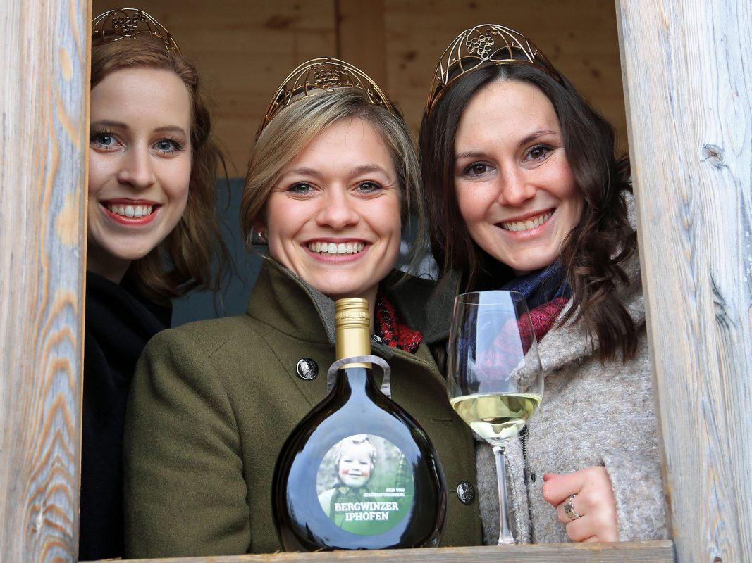 Die Weinhoheiten Klara Zehnder, Carolin Klöckner und Inga Storck. (v. l. n. r.). Foto: Frankenwein-Frankenland GmbH