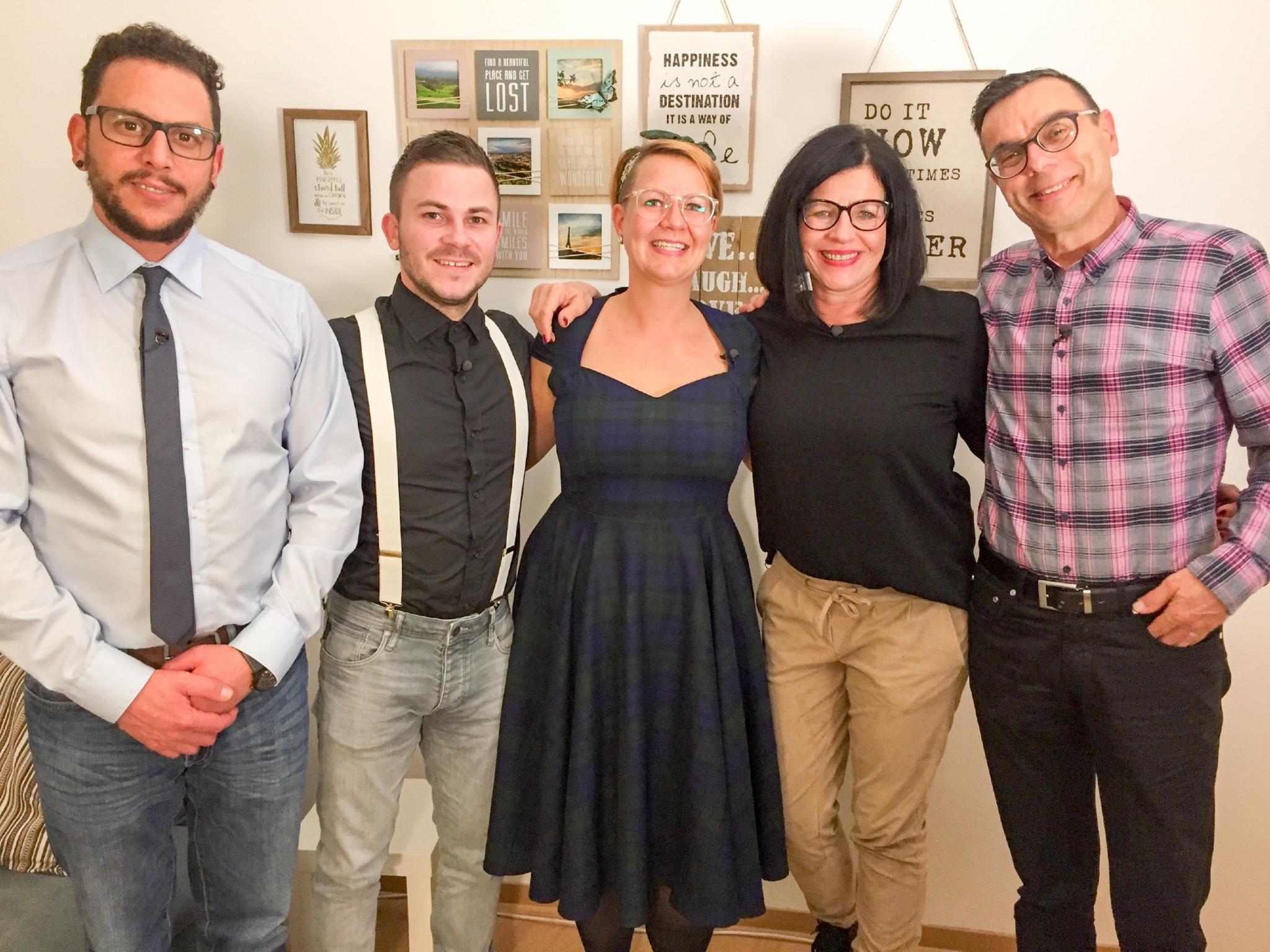 V.l.: Walid, Burkhard, Gastgeberin Christina, Katja, Hartmut. Foto: MG RTL D / ITV Studios