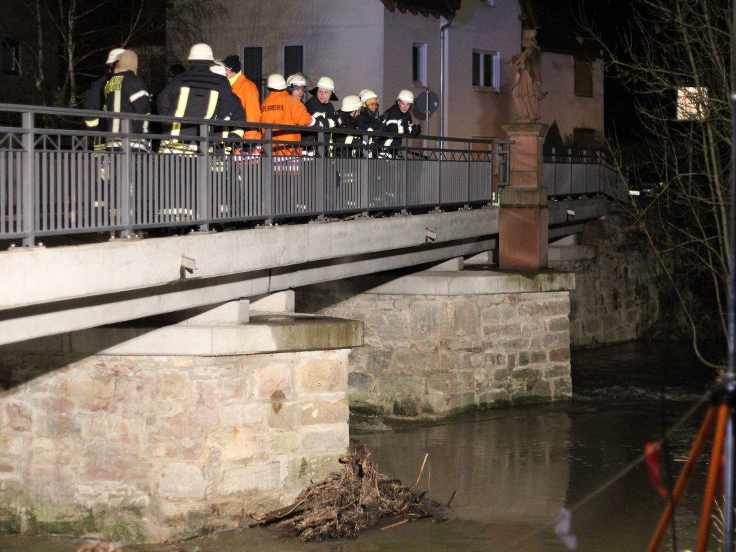 Insgesamt 130 Helfer von Feuerwehr, Rettungsdiensten, DLRG und Polizei nach der Vermissten. Foto: Pascal Höfig