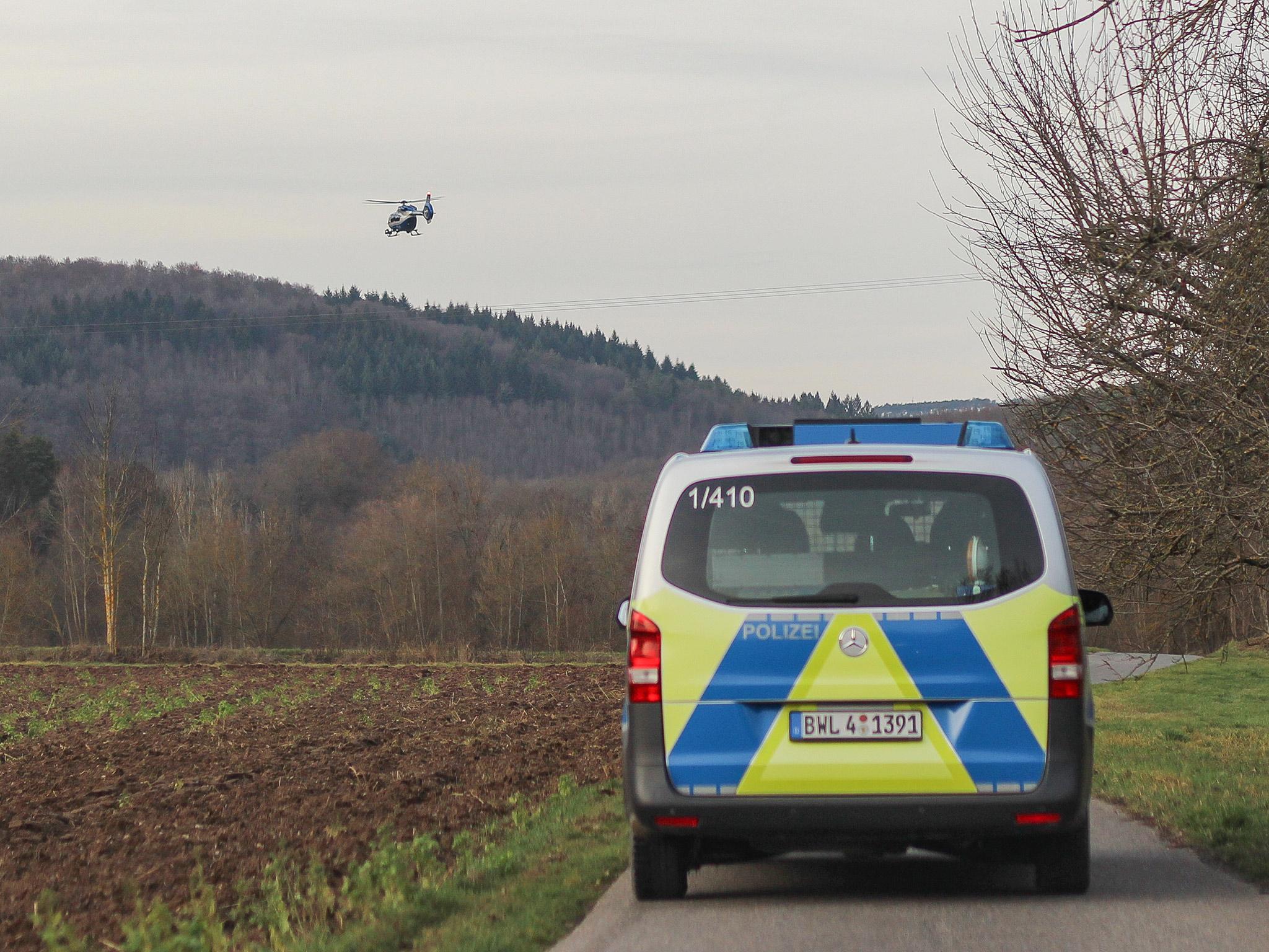 Eine Streifenbesatzung sucht gemeinsam mit einem Polizeihubschrauber nach dem Mädchen. Foto: Pascal Höfig