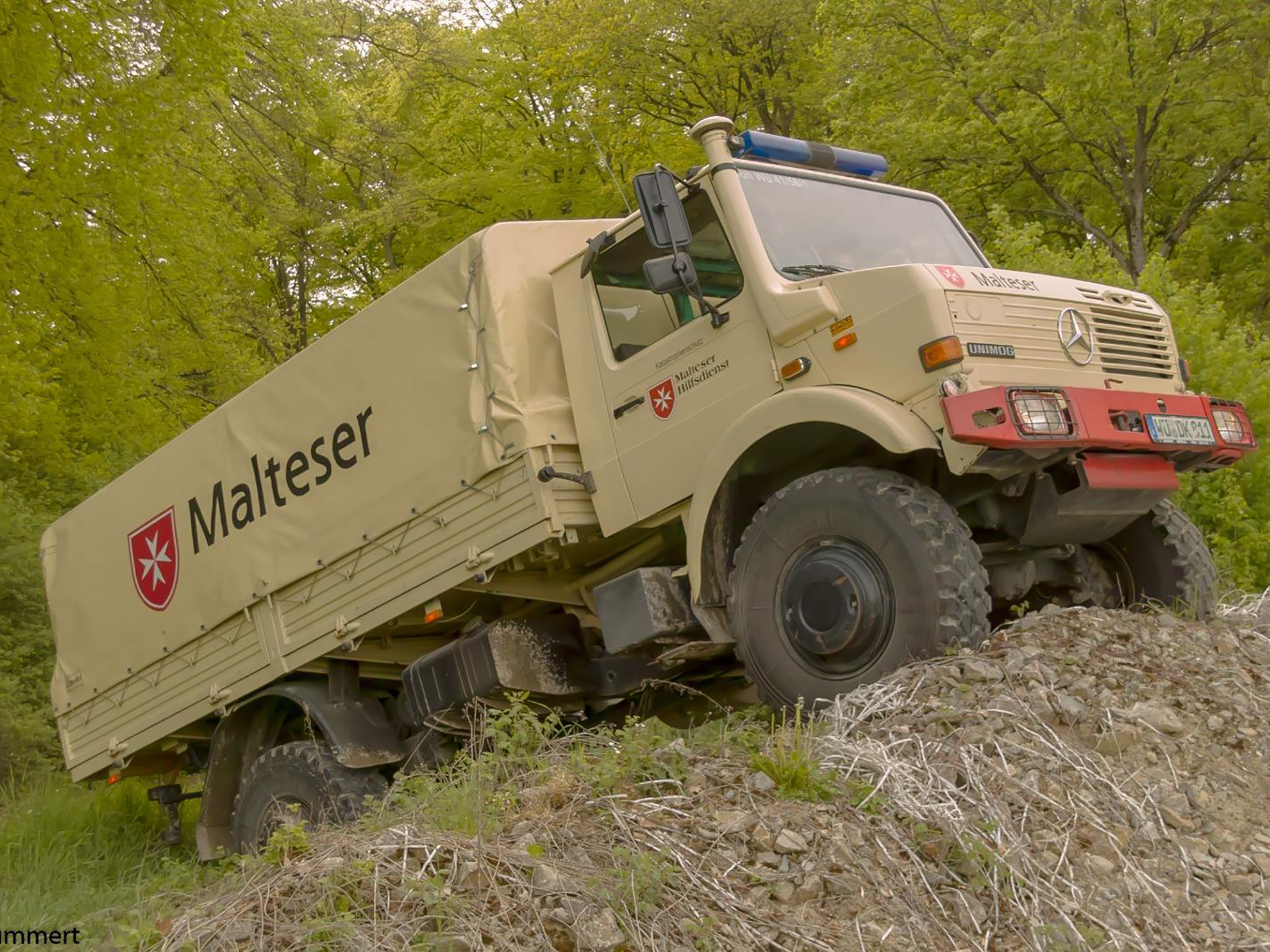 In Würzburg ist ein 12t-UniMoG stationiert, der wegen seiner extremen Geländegängigkeit als Logistikfahrzeug nötig werden könnte. Foto: N. Kummert/Malteser