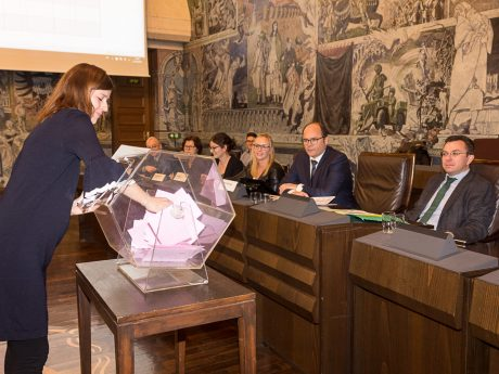 Verlosungsaktion im Ratssaal. Foto: Christian Weiß