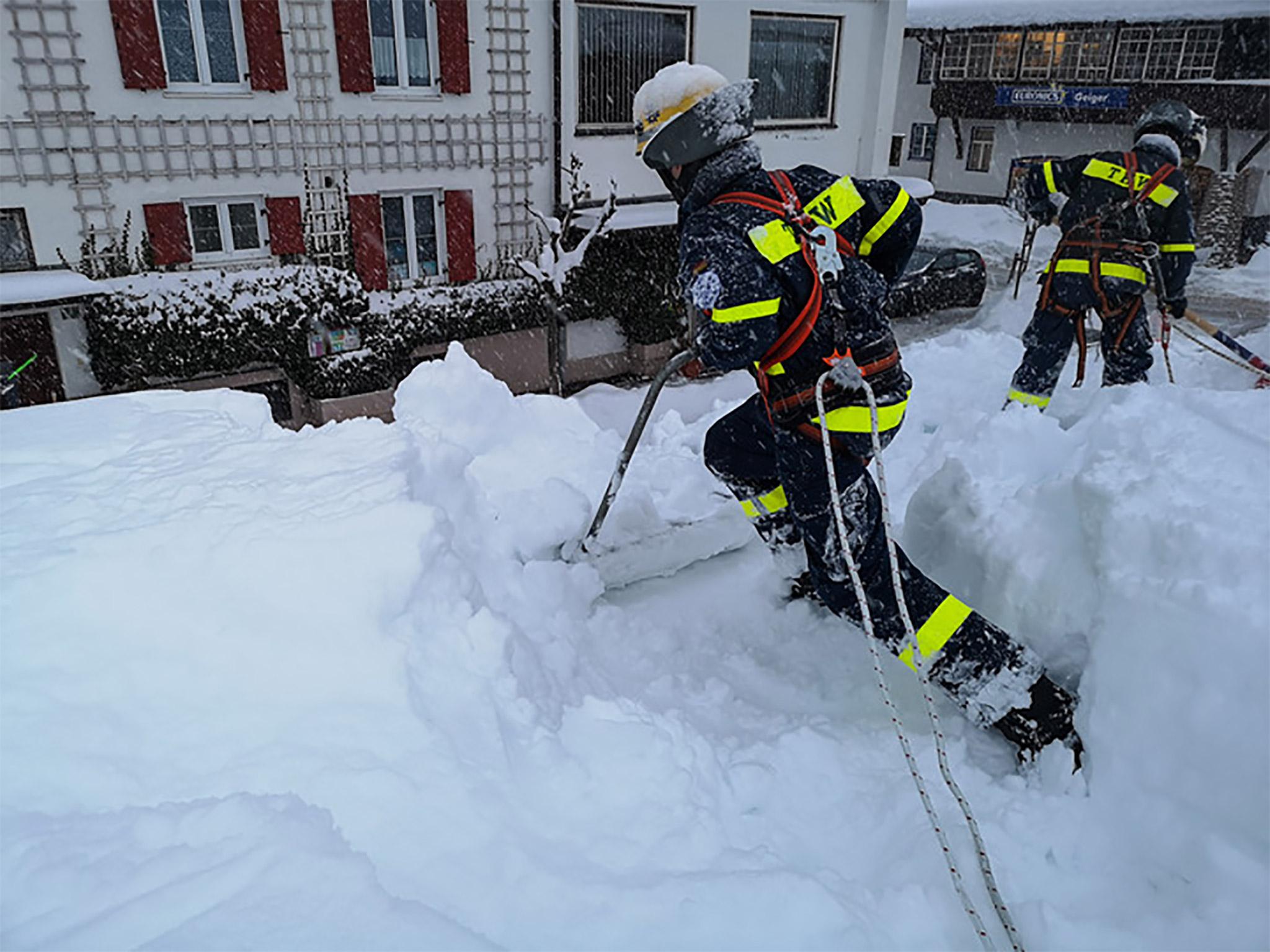 Eine dicke Schneeschicht bedeckte ein Betriebsgebäude im bayrischen Oberstdorf. THW-Kräfte befreiten gestern das Dach vom Schnee. Foto: THW/Johannes Schneider
