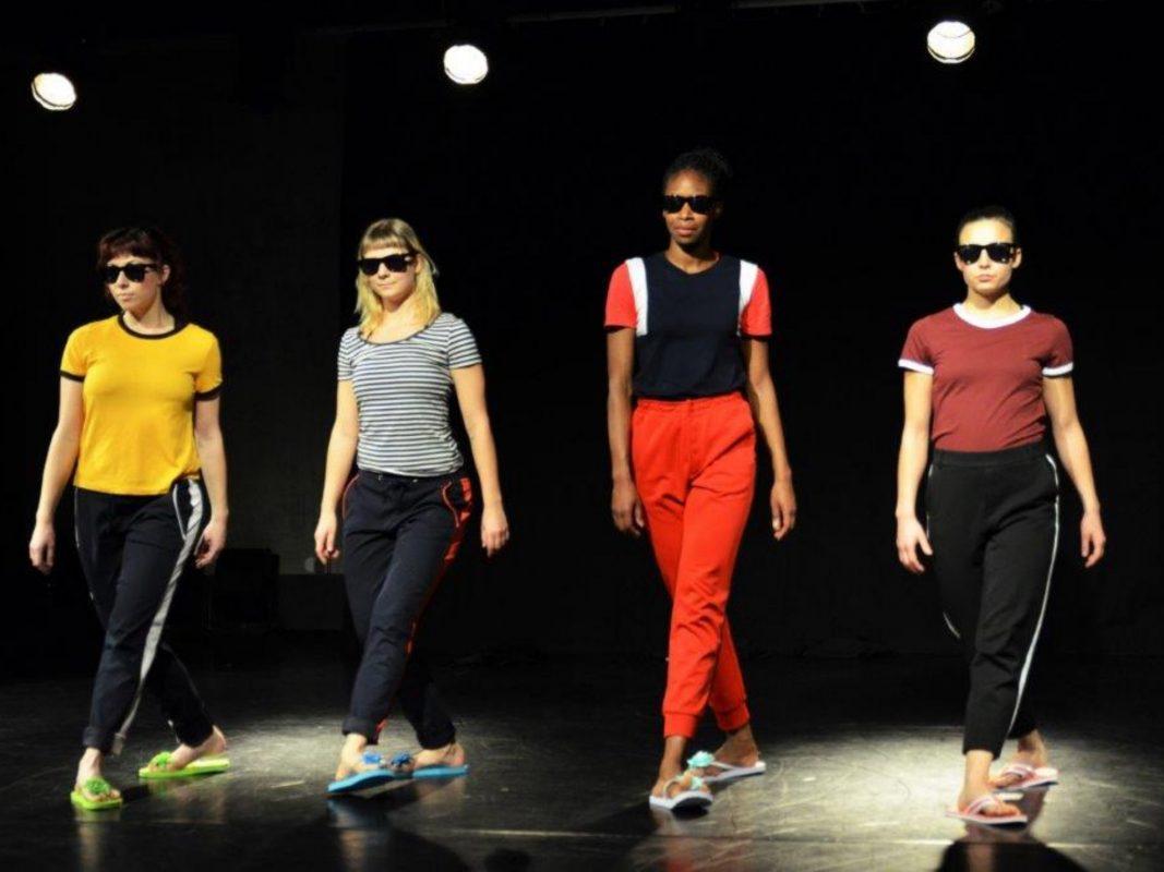 """""""VERTRAUEN N°2 – update"""" auf der Bühne des Theater tanzSpeicher. Foto: Rainer Gräf"""