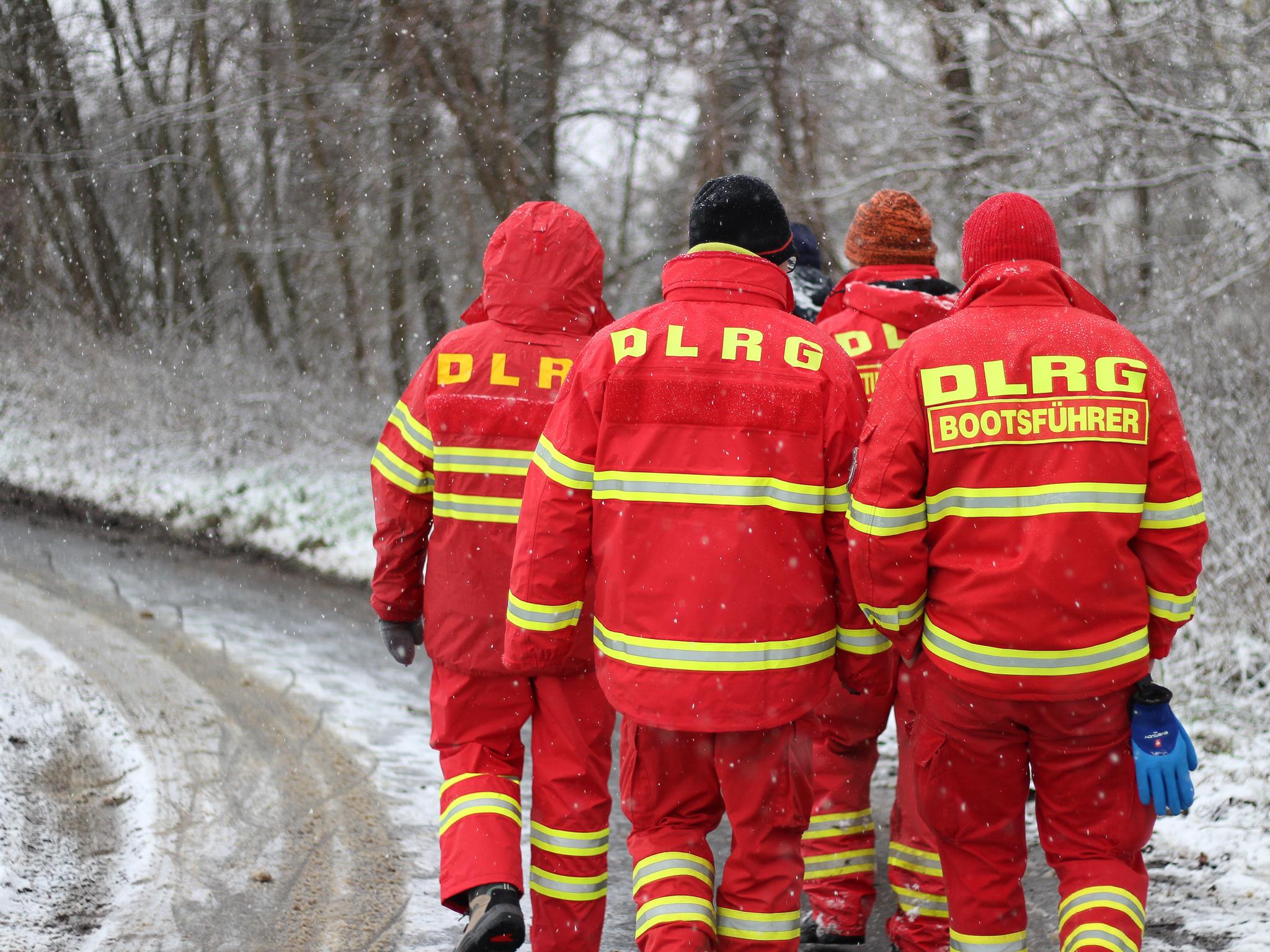 Mit Kräften der DLRG Wertheim und einem Wasserortungshund, sowie mehreren Polizeitauchern wurde die Suche fortgesetzt. Foto: Pascal Höfig