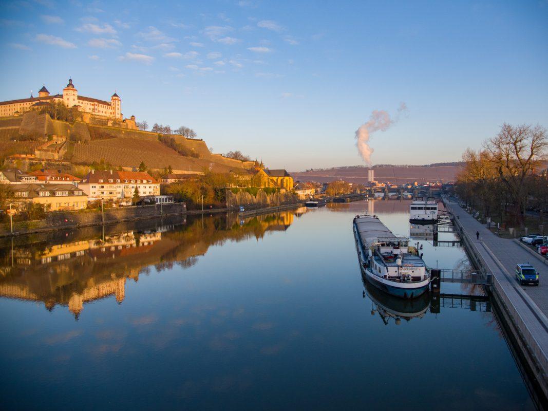 Beim Versuch das Schiff nach der Passage wieder in Richtung Schleuse Würzburg auszurichten, kam das Gütermotorschiff fast quer zur Strömung. Foto: Pascal Höfig
