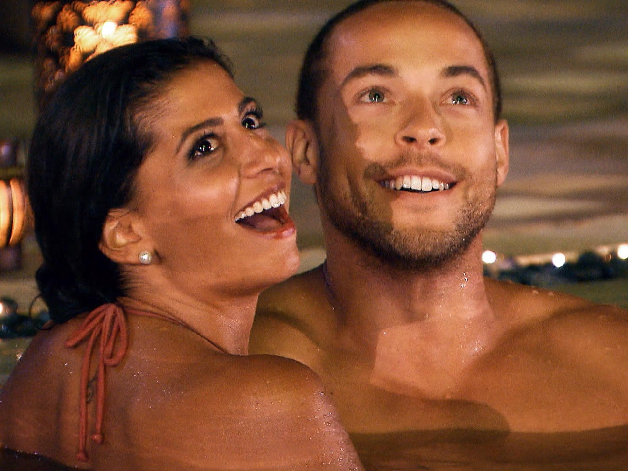 """Zum krönenden Abschluss ihres Dates bekommen Eva und Andrej ein spektakuläres Feuerwerk geboten. Alle Episoden von """"Der Bachelor"""" bei TVNOW: www.tvnow.de. Foto: MG RTL D"""
