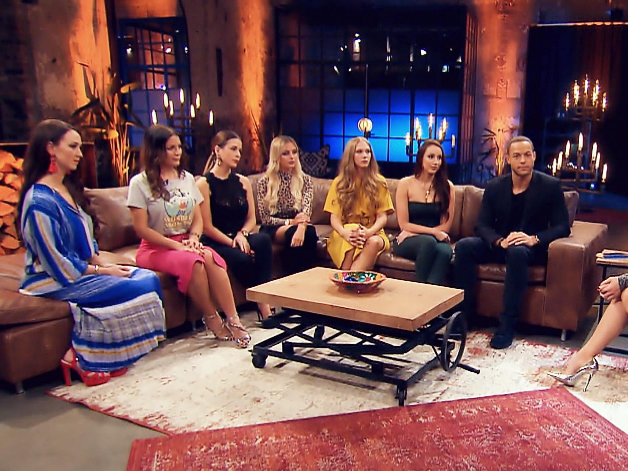"""Zu Besuch bei Frauke Ludowig (r.): Christina, Stefanie, Nadine, Jade, Vanessa, Isabell und Andrej (v.l.). Alle Episoden von """"Der Bachelor"""" bei TVNOW: www.tvnow.de. Foto: MG RTL D"""